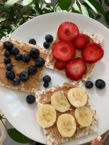 plain rice cakes with nut butter and fruit - family-friendly breakfast ideas